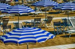 Σειρές των άσπρων και μπλε ομπρελών παραλιών Στοκ εικόνα με δικαίωμα ελεύθερης χρήσης