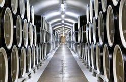 Σειρές των βαρελιών κρασιού σε έναν υπόγειο υπόγειο θάλαμο Στοκ εικόνα με δικαίωμα ελεύθερης χρήσης
