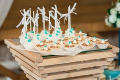 Σειρές των γενεθλίων cupcake με τη βουτύρου άσπρη και μπλε τήξη κρέμας σε μια ξύλινη στάση Στοκ φωτογραφία με δικαίωμα ελεύθερης χρήσης