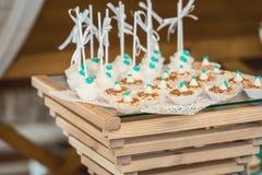 Σειρές των γενεθλίων cupcake με τη βουτύρου άσπρη και μπλε τήξη κρέμας σε μια ξύλινη στάση Στοκ εικόνα με δικαίωμα ελεύθερης χρήσης