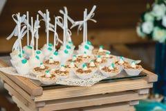 Σειρές των γενεθλίων cupcake με τη βουτύρου άσπρη και μπλε τήξη κρέμας σε μια ξύλινη στάση Στοκ εικόνες με δικαίωμα ελεύθερης χρήσης