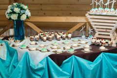 Σειρές των γενεθλίων cupcake με τη βουτύρου άσπρη και μπλε τήξη κρέμας σε μια ξύλινη στάση Στοκ Φωτογραφίες