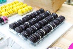 Σειρές των ζωηρόχρωμων μπισκότων macaron για την πώληση στο φεστιβάλ τροφίμων Στοκ εικόνα με δικαίωμα ελεύθερης χρήσης