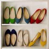 Σειρές των ζωηρόχρωμων παπουτσιών μπαλέτου παπουτσιών γυναικών ` s στην ντουλάπα Στοκ φωτογραφία με δικαίωμα ελεύθερης χρήσης