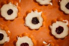 Σειρές των ζωηρόχρωμων φλυτζανιών Muffins προετοιμασία στο σπίτι Στοκ εικόνες με δικαίωμα ελεύθερης χρήσης
