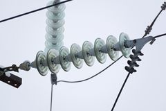 Σειρές των ηλεκτρικών καλωδίων με τους μονωτές που τοποθετούνται στοκ φωτογραφίες με δικαίωμα ελεύθερης χρήσης