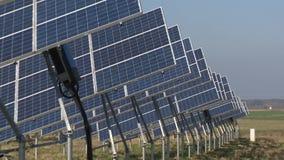 Σειρές των ηλιακών πλαισίων ενεργειακών γεννητριών eco στον αγροτικό τομέα απόθεμα βίντεο