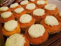Σειρές των κέικ φλυτζανιών μέσα στο ράφι στο κατάστημα αρτοποιείων ή αρτοποιών ` s Στοκ φωτογραφίες με δικαίωμα ελεύθερης χρήσης