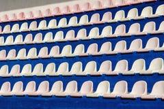 Σειρές των καθισμάτων για τους θεατές στο αθλητικό στάδιο Σύσταση ή πλάτη στοκ φωτογραφία