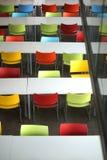 Σειρές των καθισμάτων με τις ζωηρόχρωμες καρέκλες Στοκ φωτογραφία με δικαίωμα ελεύθερης χρήσης