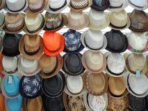 Σειρές των καπέλων αχύρου για την πώληση Στοκ Εικόνες