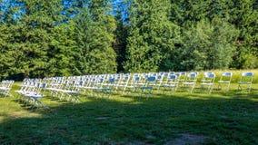 Σειρές των κενών καρεκλών που προετοιμάζονται για μια γαμήλια τελετή στοκ εικόνες με δικαίωμα ελεύθερης χρήσης