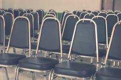 Σειρές των κενών μαύρων εδρών δέρματος σε μια αίθουσα συνεδριάσεων Στοκ φωτογραφίες με δικαίωμα ελεύθερης χρήσης