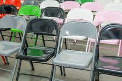 Σειρές των κενών πολύχρωμων καθισμάτων, καρέκλες στην αίθουσα συνεδριάσεων, αίθουσα, τάξη Αίθουσα συνδιαλέξεων ή δωμάτιο σεμιναρί Στοκ εικόνες με δικαίωμα ελεύθερης χρήσης