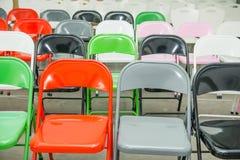 Σειρές των κενών πολύχρωμων καθισμάτων, καρέκλες στην αίθουσα συνεδριάσεων, αίθουσα, τάξη Αίθουσα συνδιαλέξεων ή δωμάτιο σεμιναρί Στοκ Φωτογραφίες