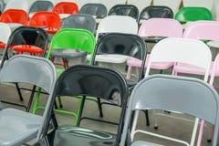 Σειρές των κενών πολύχρωμων καθισμάτων, καρέκλες στην αίθουσα συνεδριάσεων, αίθουσα, τάξη Αίθουσα συνδιαλέξεων ή δωμάτιο σεμιναρί Στοκ Φωτογραφία