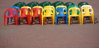 Σειρές των κενών χρωματισμένων καρεκλών Στοκ φωτογραφία με δικαίωμα ελεύθερης χρήσης