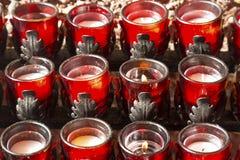Σειρές των κεριών κεριών που καίνε στη Ρωμαιοκαθολική εκκλησία στοκ φωτογραφία με δικαίωμα ελεύθερης χρήσης