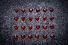 Σειρές των κόκκινων καρδιών στο σκοτεινό πίνακα Έννοια της ρομαντικής αγάπης Στοκ εικόνες με δικαίωμα ελεύθερης χρήσης