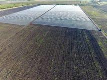 Σειρές των μεμβρανωδών θερμοκηπίων στον τομέα Ανάπτυξη των λαχανικών σε ένα κλειστό έδαφος Θερμοκήπια στον τομέα Στοκ φωτογραφίες με δικαίωμα ελεύθερης χρήσης