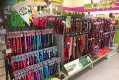 Σειρές των μολύβδων και των λουριών σε ένα κατάστημα κατοικίδιων ζώων Στοκ εικόνα με δικαίωμα ελεύθερης χρήσης