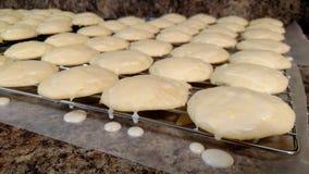 Σειρές των μπισκότων λεμονιών στην ψύξη του ραφιού με τη στάζοντας τήξη Στοκ Φωτογραφία