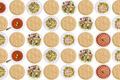 Σειρές των μπισκότων, των σουπών και των σαλατών κροτίδων Στοκ Φωτογραφία