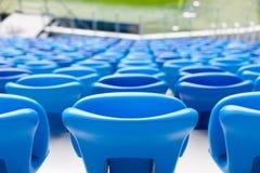Σειρές των μπλε καθισμάτων στο γήπεδο ποδοσφαίρου Κατάλληλη συνεδρίαση για όλους Στοκ Φωτογραφία