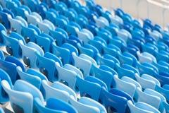 Σειρές των μπλε καθισμάτων στο γήπεδο ποδοσφαίρου Κατάλληλη συνεδρίαση για όλους Στοκ Φωτογραφίες
