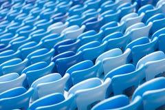 Σειρές των μπλε καθισμάτων στο γήπεδο ποδοσφαίρου Κατάλληλη συνεδρίαση για όλους Στοκ φωτογραφία με δικαίωμα ελεύθερης χρήσης