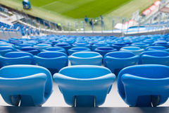 Σειρές των μπλε καθισμάτων στο γήπεδο ποδοσφαίρου Κατάλληλη συνεδρίαση για όλους Στοκ φωτογραφίες με δικαίωμα ελεύθερης χρήσης