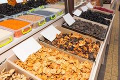 Σειρές των ξηρών αγαθών στο μαζικό κατάστημα αγοράς Στοκ Φωτογραφία