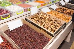 Σειρές των ξηρών αγαθών στο μαζικό κατάστημα αγοράς Στοκ Εικόνες