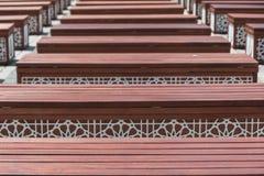 Σειρές των ξύλινων πάγκων μπροστά από το μπλε μουσουλμανικό τέμενος Ιστανμπούλ, Τουρκία Στοκ φωτογραφία με δικαίωμα ελεύθερης χρήσης
