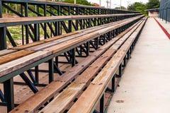Σειρές των ξύλινων άδειων θέσεων εξεδρών επισήμων του τομέα αντισφαίρισης Στοκ Φωτογραφία