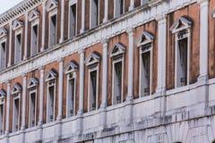 Σειρές των παραθύρων στο κτήριο της Βενετίας Στοκ φωτογραφία με δικαίωμα ελεύθερης χρήσης