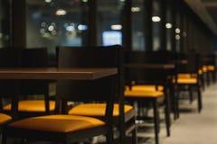 Σειρές των πινάκων και των καρεκλών στον καφέ Στοκ Εικόνα