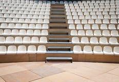 Σειρές των πλαστικών καθισμάτων Στοκ Φωτογραφία