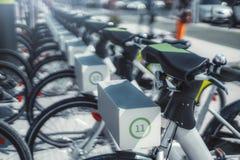 Σειρές των ποδηλάτων ενοικίου υπαίθρια στοκ φωτογραφίες με δικαίωμα ελεύθερης χρήσης
