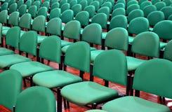 Σειρές των πράσινων εδρών σε μια αίθουσα Στοκ Φωτογραφία
