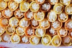 Σειρές των πρόσφατα ψημένων γλυκών κουλουριών ή των ρόλων ψωμιού με τη γλυκιά πλήρωση Στοκ φωτογραφία με δικαίωμα ελεύθερης χρήσης