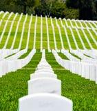 Σειρές των σοβαρών δεικτών σε ένα στρατιωτικό νεκροταφείο Στοκ Εικόνες
