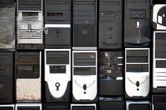 Σειρές των συσσωρευμένων, χρησιμοποιημένων, ξεπερασμένων πύργων υπολογιστών γραφείου στοκ εικόνα