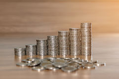 Σειρές των σωρών νομισμάτων στο ξύλινο πάτωμα σύμβολο ποσοστού χρημάτων χεριών τραπεζικής έννοιας Στοκ εικόνα με δικαίωμα ελεύθερης χρήσης