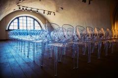 Σειρές των σύγχρονων πλαστικών tranparent σχεδιασμένων καρεκλών Στοκ εικόνες με δικαίωμα ελεύθερης χρήσης