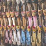 Σειρές των χαρακτηριστικά ασιατικών παπουτσιών στην αγορά στο Ντουμπάι Στοκ φωτογραφία με δικαίωμα ελεύθερης χρήσης