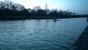 Σειρές Kayaker γρήγορα μέσω του νερού απόθεμα βίντεο