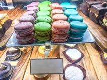 Σειρές macaroons στον καφέ Στοκ εικόνα με δικαίωμα ελεύθερης χρήσης