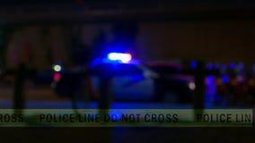 Σειρήνα περιπολικών της Αστυνομίας με την ταινία ορίου, Defocused στοκ εικόνες