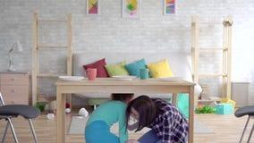 Σεισμός, μητέρα και κόρη Indore, που κρύβουν στο πλαίσιο του πίνακα φιλμ μικρού μήκους